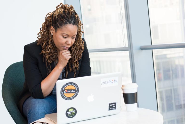 Mulheres negras são 81% das vítimas de discurso de ódio no Facebook, diz estudo