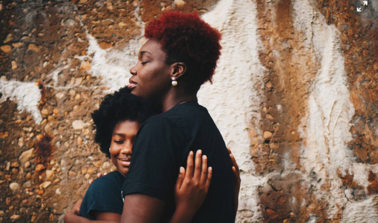 """""""Impactando vidas pretas"""": Fundo emergencial foca em atender famílias  negras lideradas por mães solo e afroempreendedores"""