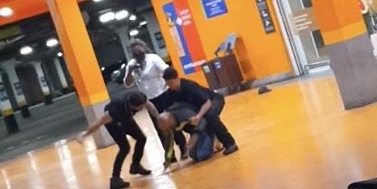 Homem negro de 40 anos é espancado até a morte por seguranças do mercado Carrefour