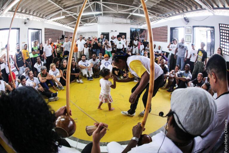 """O ponto de cultura """"Vidigal Capoeira"""" oferece cursos diversos da cultura afro para moradores de comunidades do Rio De Janeiro"""