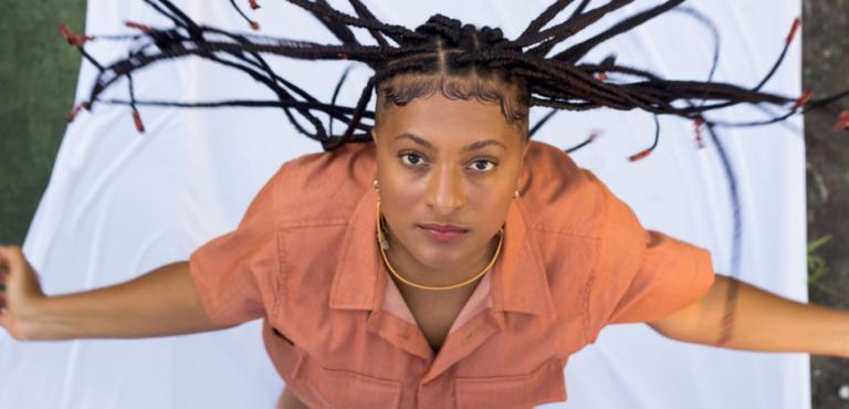 Trazendo influências de samba e reggae, cantora baiana Iane Gonzaga lança primeiro álbum
