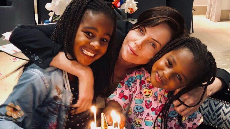 Charlize Theron diz que tem uma comunidade de mulheres negras que a ajudam a criar suas filhas